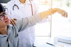 Doktor i det vita laget som tar och kontrollerar den tålmodiga handleden för ` s och Royaltyfri Bild