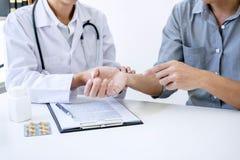 Doktor i det vita laget som tar och kontrollerar den tålmodiga handledpaien för ` s Royaltyfri Fotografi