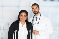 Doktor i ett sjukhus arkivbilder