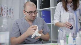 Doktor i exponeringsglas och kvinnadoktor i laboratoriumet Farmakologi- och medicinbegrepp stock video