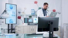 Doktor, i hans moderna anseende och att skriva för kontor på hans bärbar dator lager videofilmer