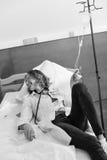 Doktor i likformign som ligger på sjukhussäng, svartvitt foto fotografering för bildbyråer