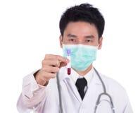 Doktor i maskeringsforskning per exponeringsglas för medicinskt prov med blod Royaltyfria Foton