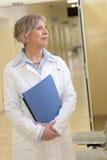 Doktor i sjukhus som utanför håller ögonen på arkivbild