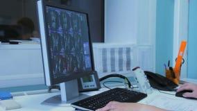 Doktor i sjukhuset som ser CT-bildläsning arkivfilmer