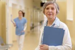 Doktor i sjukhuskorridor arkivbild