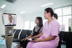 Doktor i sjukhussamtal med patienten på reservrum vid robo Royaltyfria Bilder