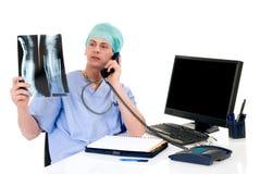 Doktor im Büro, admin-Arbeit Lizenzfreie Stockfotos