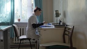 Doktor im Büro am Tisch Doktor in einem sehr alten Krankenhaus im Büro Lizenzfreie Stockfotografie