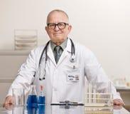 Doktor im Labormantel und -stethoskop Stockbild