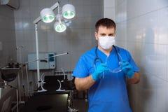 Doktor im Operationsraum mit medizinischen Werkzeugen Konzept eines Krankenhauses lizenzfreies stockbild