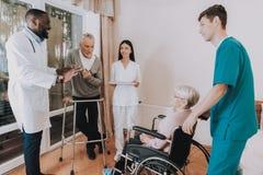 Doktor im Pflegeheim Patient mit Wanderer stockfoto