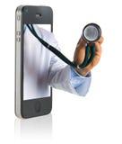 Doktor am intelligenten Telefon Lizenzfreie Stockfotografie