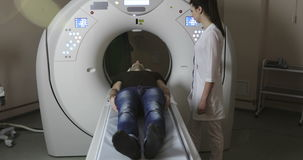 Doktor 4K, der Knöpfe auf mri Tomographen betätigt stock video footage