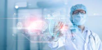 Doktor kirurg som analyserar den tålmodiga hjärnan som testar resultatet och mänsklig anatomi, dna på teknologiskt digitalt futur royaltyfri foto