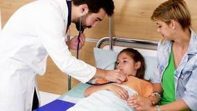 Doktor kommt in Krankenhauszimmer und überprüft jugendlich Mädchenherz stock video footage