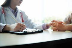 Doktor konsultiert den Patienten Lizenzfreie Stockbilder
