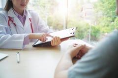 Doktor konsultiert den Patienten Stockbild
