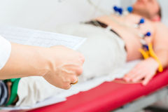 Doktor-kontrolliert geduldiges EKG in Arztpraxis Stockbild