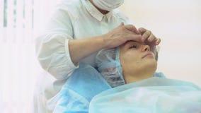 Doktor - Kosmetiker gibt Empfang stock video