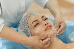 Doktor - kosmetologen rymmer mottagande royaltyfri fotografi