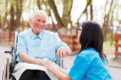 Doktor, Krankenschwester-Talking With Kind-Dame Lizenzfreie Stockfotos