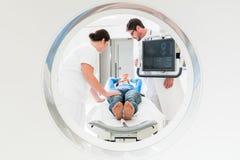 Doktor, Krankenschwester und Patient an CT-Scan stockbild