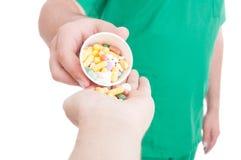 Doktor, läkare eller apotekare som in ger den tålmodiga handen för preventivpillerar - Royaltyfri Fotografi