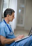 doktor laptopa działania Fotografia Royalty Free