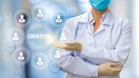 Doktor leitet eine Beratung mit Patienten lizenzfreie stockfotografie