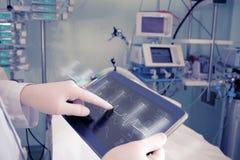 Doktor med avancerad utrustning i sjukhussal fotografering för bildbyråer
