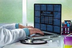 Doktor med bärbar datormanöverenheten med en kalenderläkarundersökning Arkivbilder