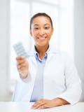 Doktor med blåsapackar av preventivpillerar Arkivbild