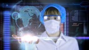 Doktor med den futuristiska hudskärmminnestavlan Jordöversikt och radar begrepp av framtiden arkivfilmer