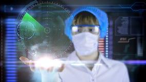 Doktor med den futuristiska hudskärmminnestavlan Jordöversikt och radar begrepp av framtiden lager videofilmer