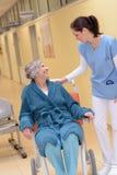 Doktor med den höga patienten i sjukhus arkivfoto