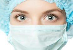Doktor med den kirurgiska maskeringen Arkivbilder