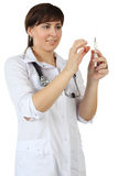 Doktor med den medicinska injektionssprutan Arkivfoton