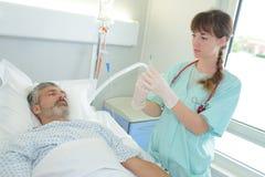 Doktor med den medicinska injektionssprutan i händer som får klara för injektion fotografering för bildbyråer