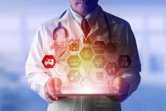 Doktor med den medicinska sjukvårdsymbolsmanöverenheten arkivbild