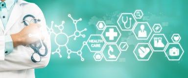 Doktor med den medicinska sjukvårdsymbolsmanöverenheten arkivbilder
