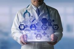 Doktor med den medicinska sjukvårdsymbolsmanöverenheten royaltyfri foto