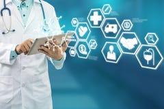 Doktor med den moderna manöverenhetssymbolen för sjukförsäkring Royaltyfria Bilder