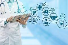 Doktor med den moderna manöverenhetssymbolen för sjukförsäkring Royaltyfria Foton
