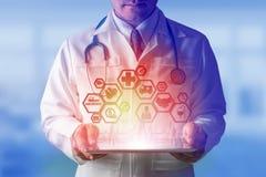 Doktor med den moderna manöverenhetssymbolen för sjukförsäkring Fotografering för Bildbyråer