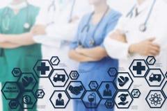 Doktor med den moderna manöverenhetssymbolen för sjukförsäkring Arkivfoto