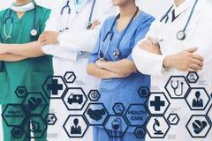 Doktor med den moderna manöverenhetssymbolen för sjukförsäkring Arkivbild
