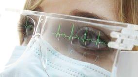 Doktor med ECG-reflexioner i glasögon stock video