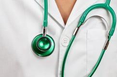 Doktor med en grön stetoscopio Arkivbilder