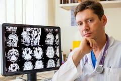 Doktor med en MRI-bildläsning av hjärnan Royaltyfri Bild
